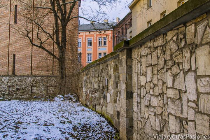 Famoso muro con lapidas judías en el cementerio de Remuh en Kazimierz en Cracovia, Polonia