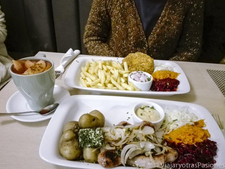 Típica comida de un milk bar, en la ciudad de Cracovia, en Polonia