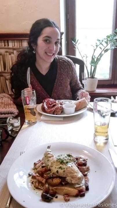 Deliciosa comida en el restaurante Old Town de Cracovia, Polonia
