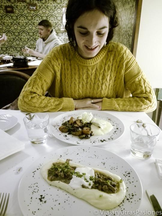 Deliciosa comida en el restaurante Severyanin en San Petersburgo en Rusia