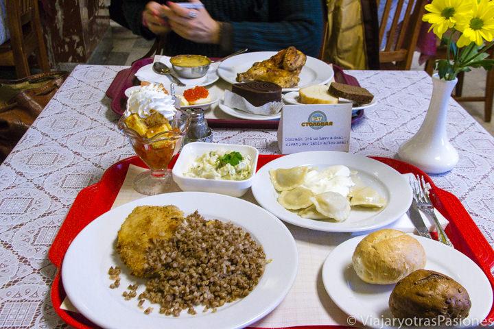 Deliciosa comida en el restaurante Stolovaya 75 en Moscú, Rusia