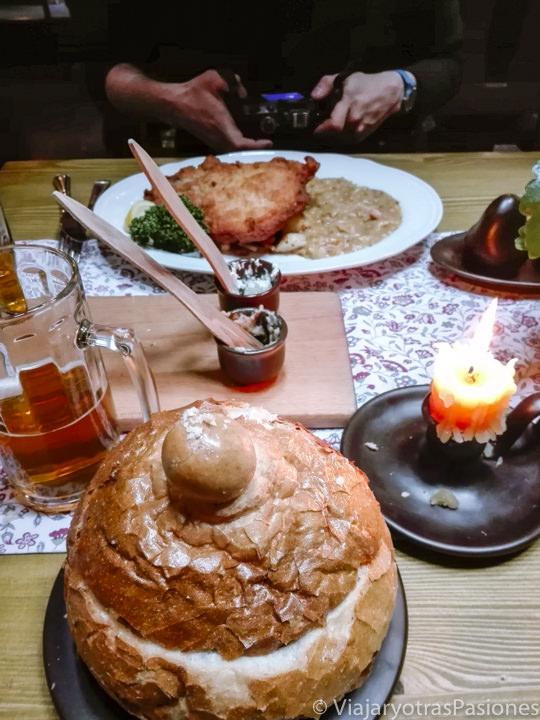 Deliciosa comida en el reastaurante Goshinna Chata en Cracovia, Polonia
