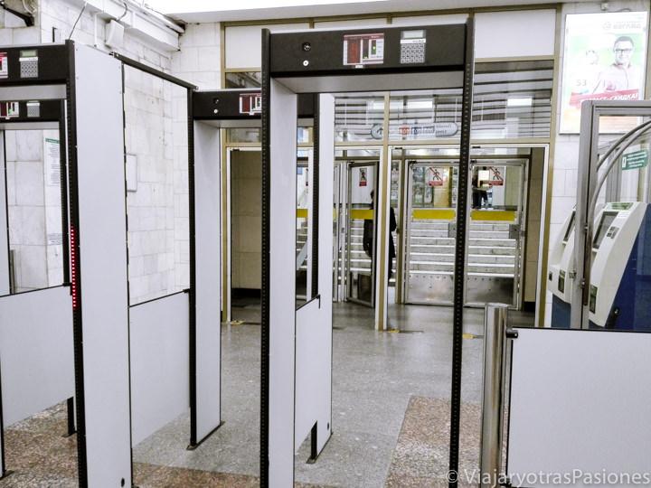 Controles de seguridad en la estaciones del metro de San Petersburgo en Rusia