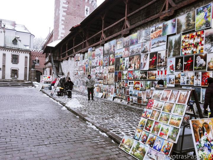 Muchas artes en el centro histórico de Cracovia, en Polonia
