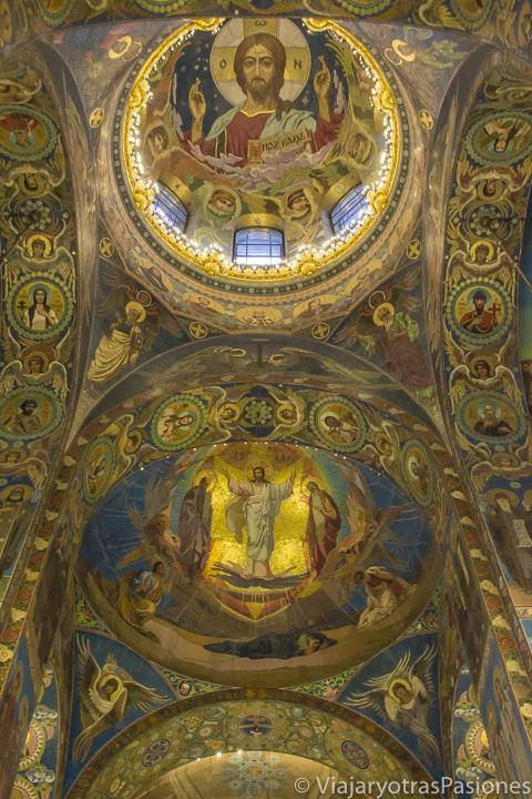 Preciosas pinturas en las cúpulas interiores de la iglesia de la Sangre Derramada en San Petersburgo en Rusia