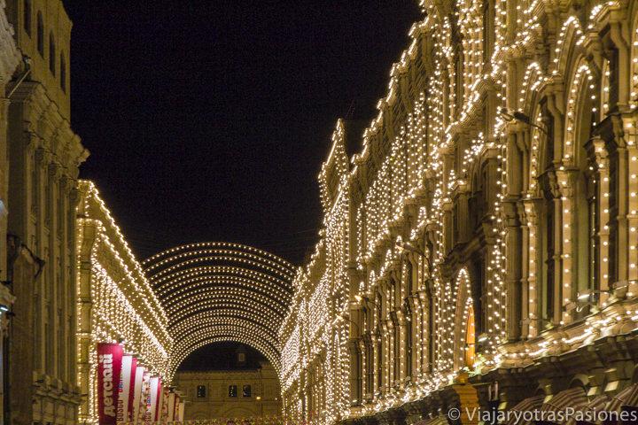 Bonita iluminación de la calle Nikolskaya cerca de la plaza Roja en Moscú, en Rusia