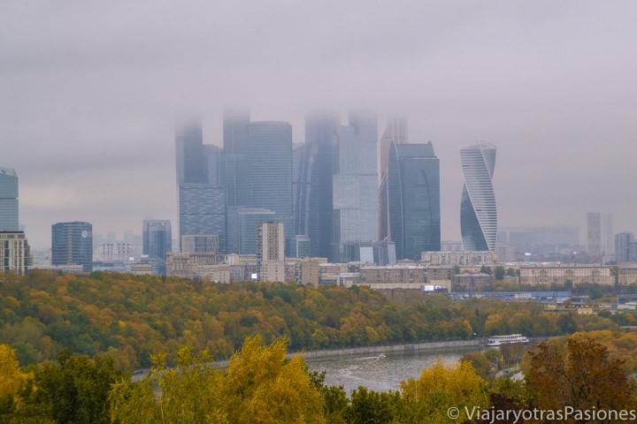 Vista panoramica de CBD y el rio de Moscú desde Sparrow Hill en Rusia