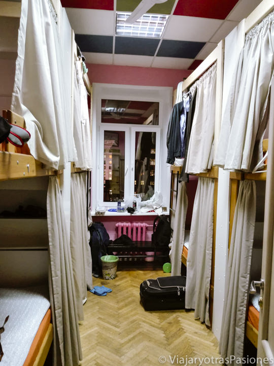 Interior del dormitorio de nuestro hostal en Moscú, Rusia