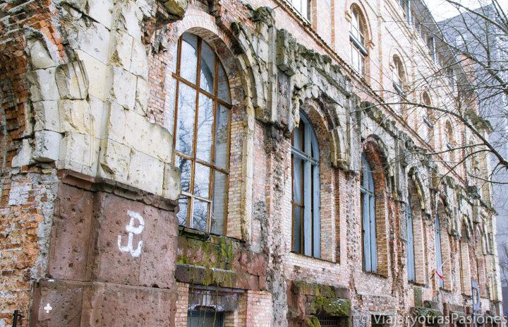 Histórico palacio con el símbolo de la resistencia polaca en Varsovia
