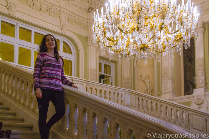 Increíble escaleras en la entrada del Palacio Yusupov en San Petersburgo en Rusia
