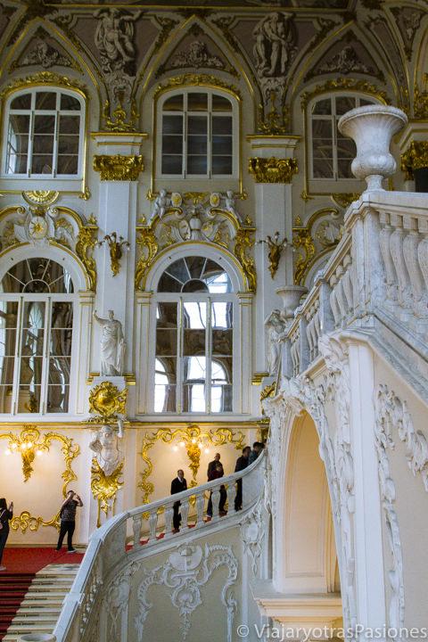 Preciosas escaleras monumentales en la entrada del Hermitage en qué ver en San Petersburgo en Rusia