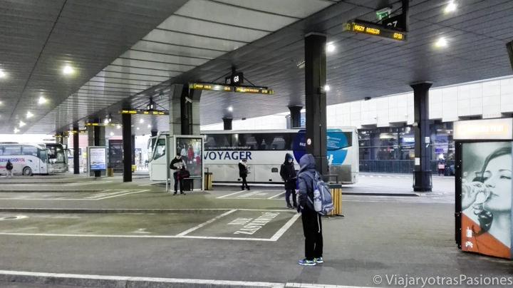 Estación de buses para llegar a Auschwitz desde Cracovia, Polonia
