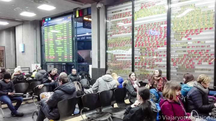 La sala de espera en la estación de buses para llegar a Auschwitz desde Cracovia en Polonia