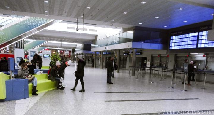 Interior del aeropuerto de Cracovia, Polonia