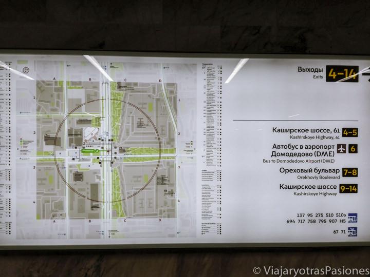 Mapa en la estación Domodedovskaya para encontrar los buses para ir al centro de Moscú desde el aeropuerto en Rusia