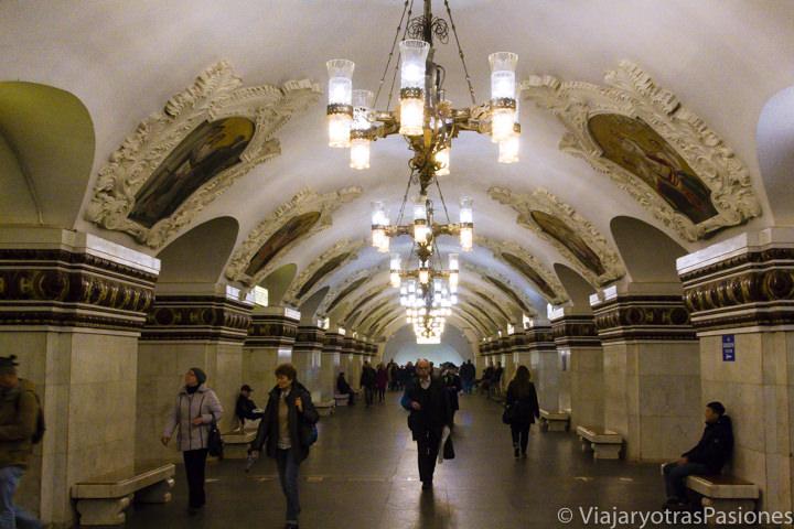 Preciosa estación de la estación Kievskaja en la famosa metro de Moscú, en Rusia