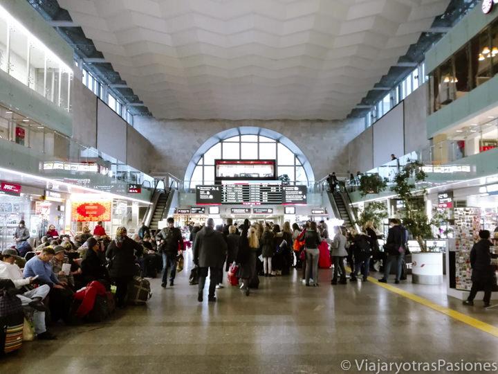 Sala principal de la estación Leningradsky para ir de Moscú a San Petersburgo en Rusia