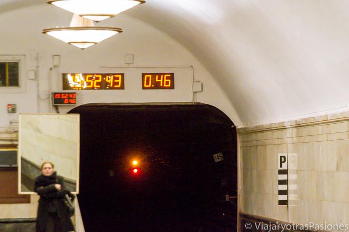 Cronómetro para verificar cuando pasan los trenes en el metro de Moscú en Rusia