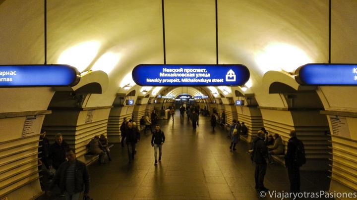 Interior de una estación del metro en San Petersburgo en Rusia