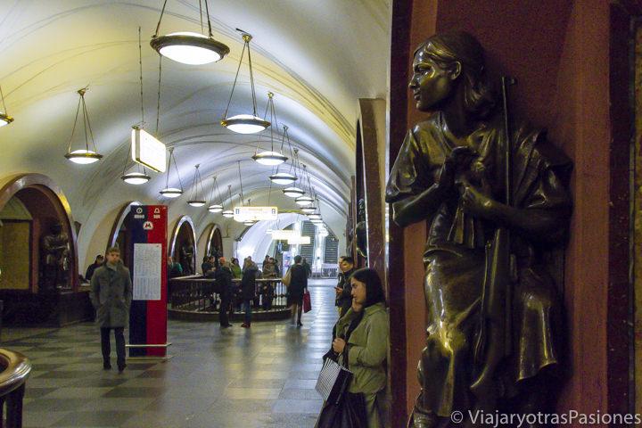 Panorámica de la famosa estación Ploshchad Revolyustii en la hermosa metro de Moscú en Rusia