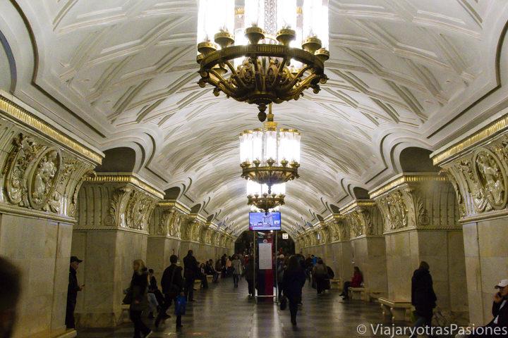 Increíbles estación del metro de Teatralnaya en Moscú en Rusia