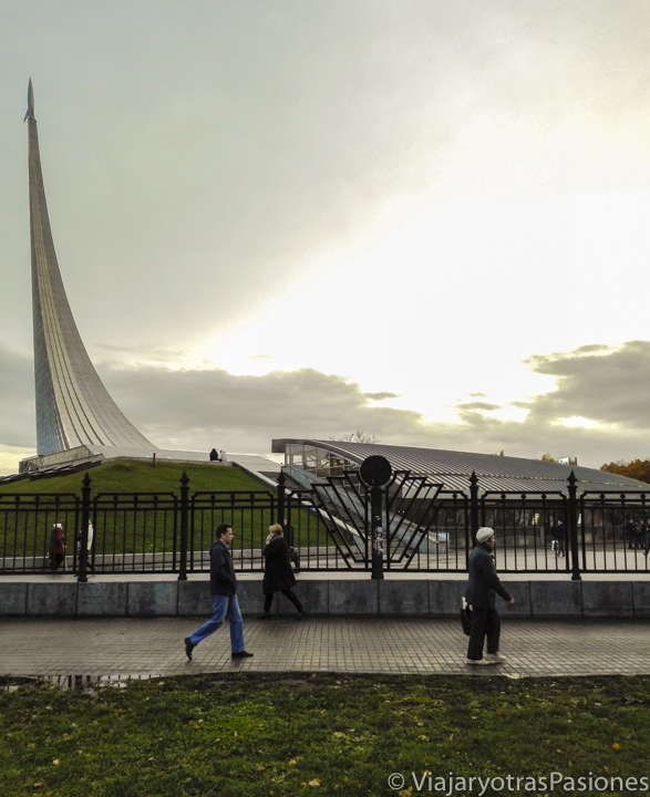 Espectacular monumento a los conquistadores del espacio y museo de la Cosmonáutica en Moscú, Rusia