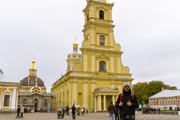 Característica fachada de la famosa catedral de Pedro y Pablo en San Petersburgo en Rusia