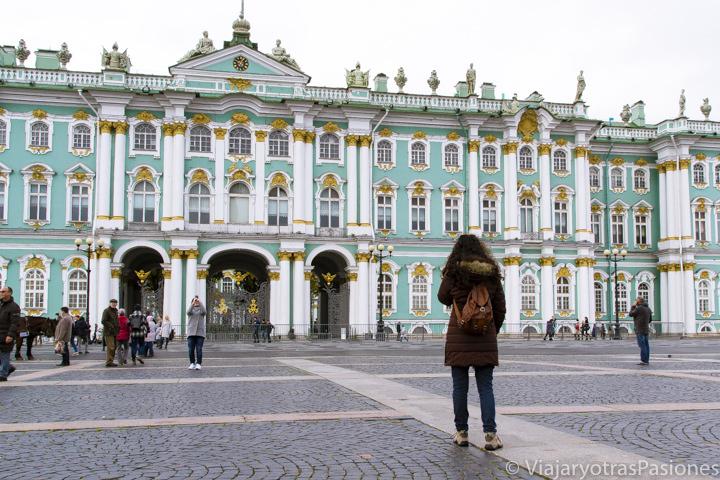 Frente a la fachada del hermoso Palacio de Invierno en San Petersburgo en Rusia