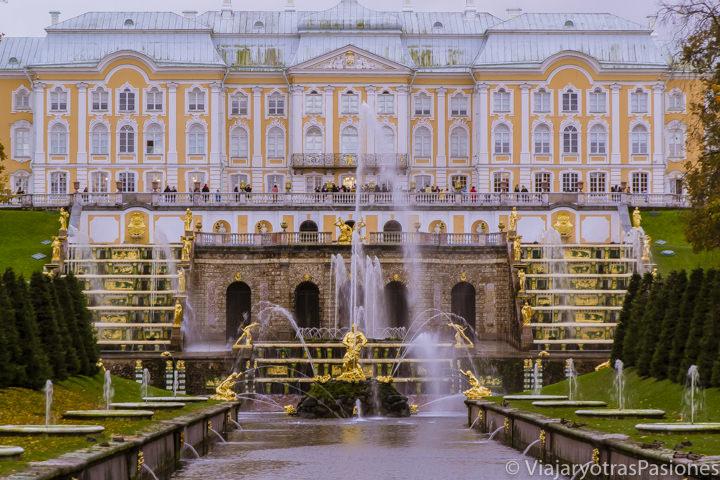 Imagen del frontal del palacio de Peterhof, desde sus jardines, en el Viaje a Moscú y San Petersburgo en Rusia