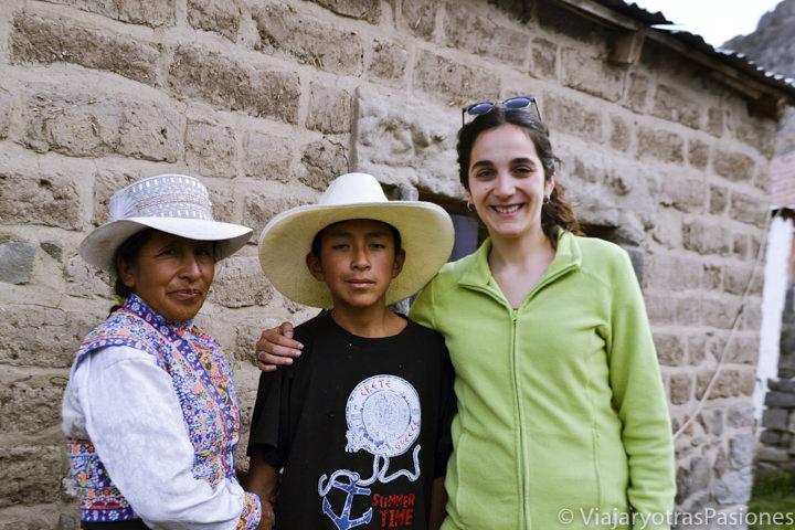 Familia en el pueblo de Chivay en el Cañón del Colca en Perú