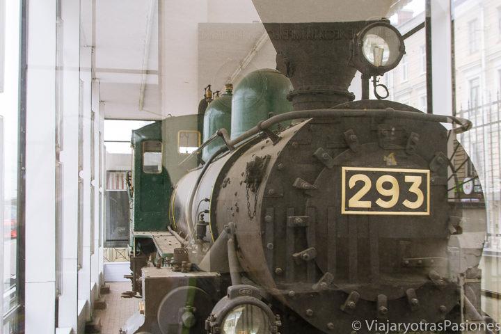 Histórico tren de Lenin en la estación Finlyandskiy en Dan Petersburgo en Rusia