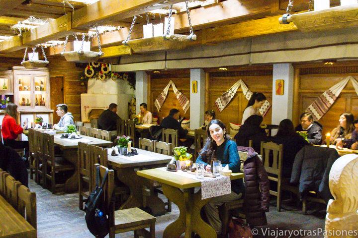 Interior del restaurante típico polaco Goscinna Chata, en la ciudad de Cracovia