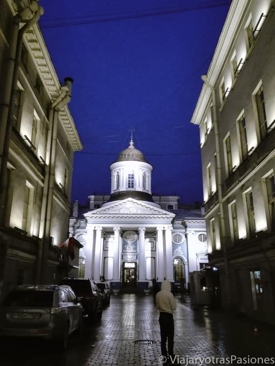 Preciosa fachada de la iglesia armena cerca de la Avenida Nevsky en San Petersburgo en Rusia