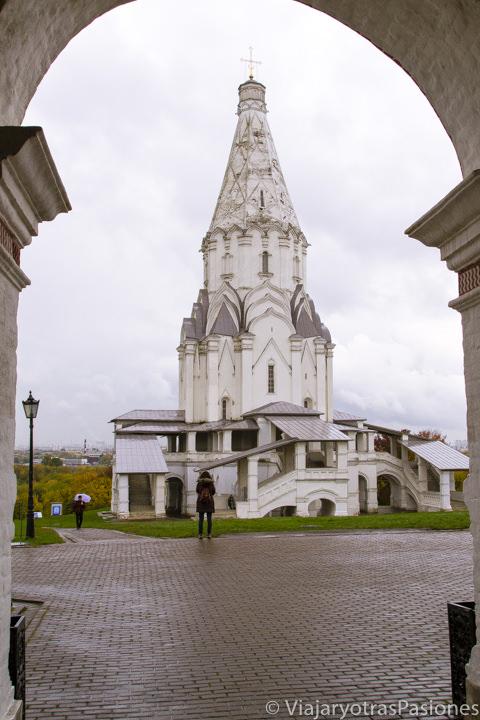 Imagen de la bonita iglesia de la Ascensión en qué ver en Moscú, Rusia