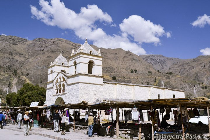 Plaza principal y iglesia en el pueblo de Maca en el Cañón del Colca en Perú