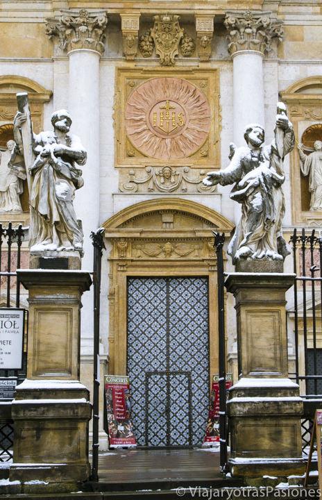 Entrada de la iglesia de San Pedro y San Pablo en Cracovia, en Polonia
