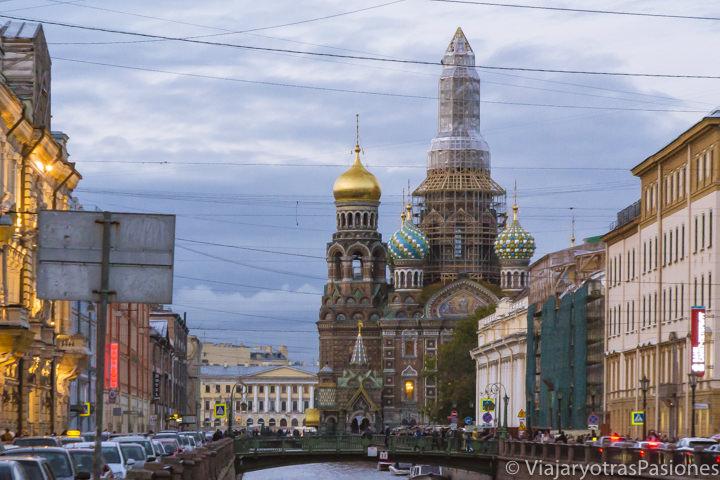 Vista de la iglesia de San Salvador sobre la Sangre Derramada desde el canal, uno de los lugares más míticos en todo viaje a Moscú y San Petersburgo