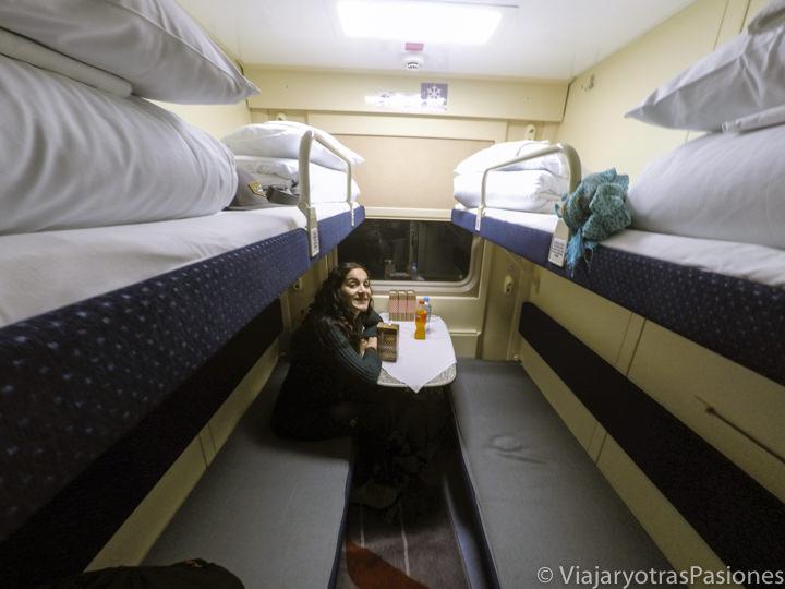 Interior del tren Flecha Roja para moverse entre Moscú a San Petersburgo en Rusia