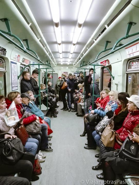 Interior del tren del metro para llegar a San Petersburgo desde el aeropuerto en Rusia