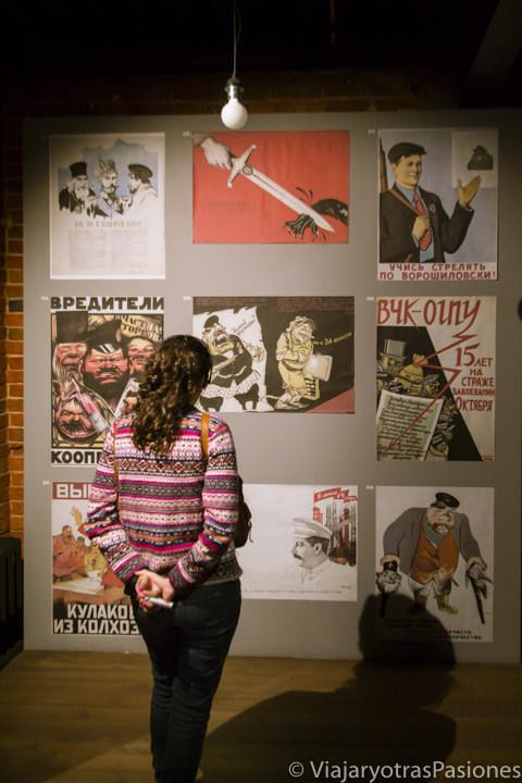 Mirando propaganda comunista en el museo del Gulag en Moscú, Rusia