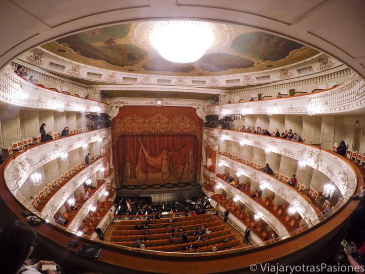 Hermoso interior del teatro Mikhailovsky en San Petersburgo en Rusia