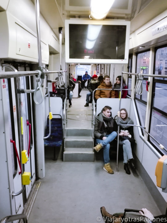 Interior del tranvía de Cracovia, en Polonia