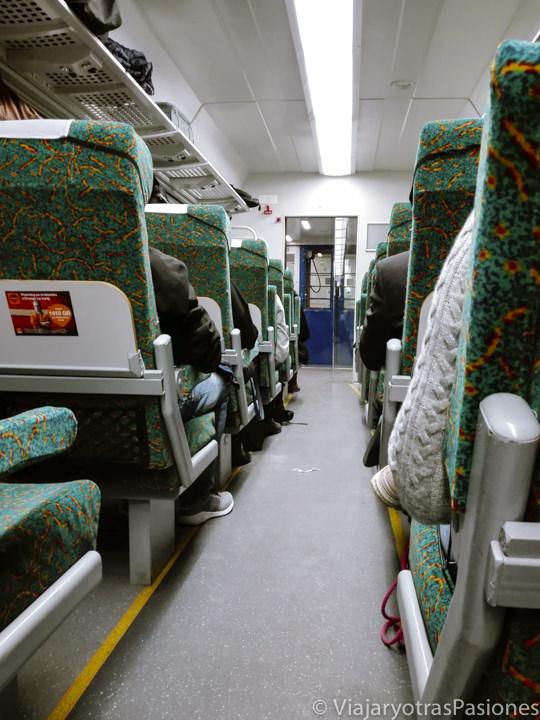 Interior del tren para viajar de Cracovia a Varsovia, Polonia