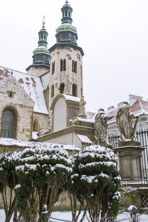 Detalle de la fachada de la iglesia de San Andrés en Cracovia, Polonia
