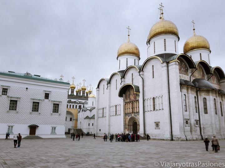Histórica plaza de las catedrales en el Kremlin de Moscú, Rusia