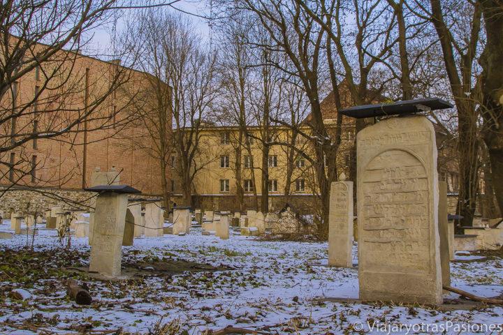 Sugestivo panorama del cementerio Remuh en Cracovia, Polonia