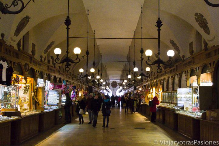 El famoso pasillo en la lonja de los Paños en Cracovia, Polonia