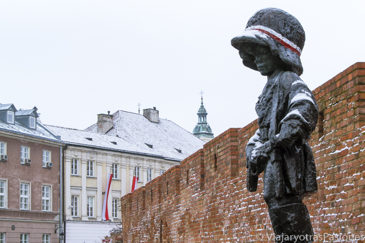 Estatua del niño soldado que se puede ver en la visita de Varsovia en un día, Polonia