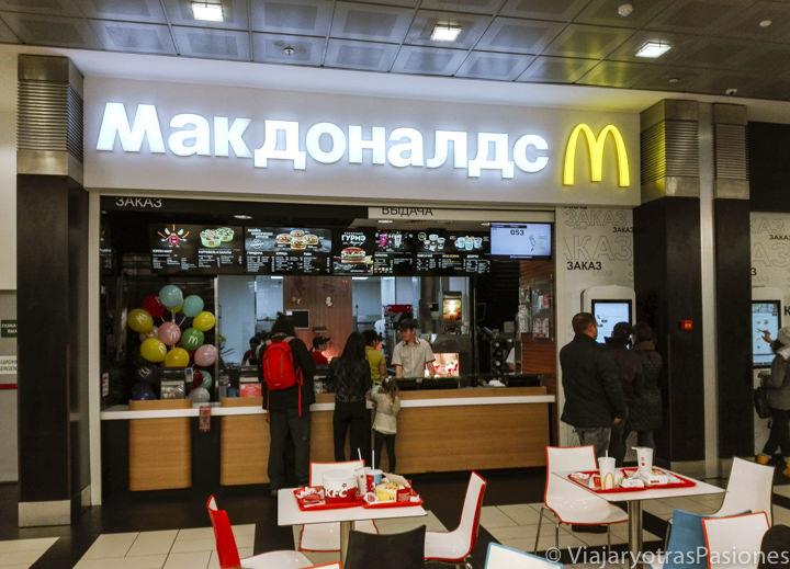 Escrita del McDonald en cirílico en Moscú, Rusia