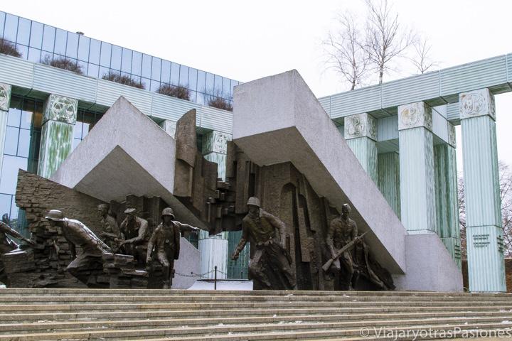 Impresionante vista del Monumento al Alzamiento de Varsovia, en Polonia